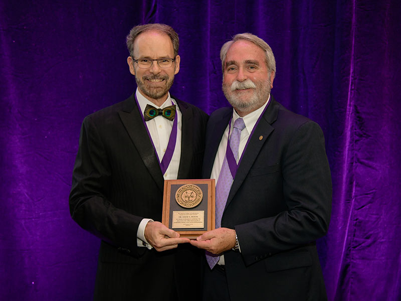 Dr. David Felton, right, receives the Dan Gordon Lifetime Achievement Award from Dr. Robert M. Taft, ACP immediate past president.